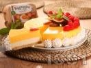Рецепта Вкусен чийзкейк с бисквити, без печене с ванилия, лимон, маскарпоне, сладкарска сметана, кондензирано мляко, пресни малини и яйца Багрянка